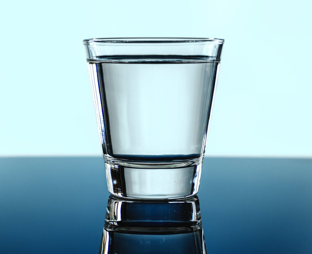Boire de l'eau de façon régulière est nécessaire.