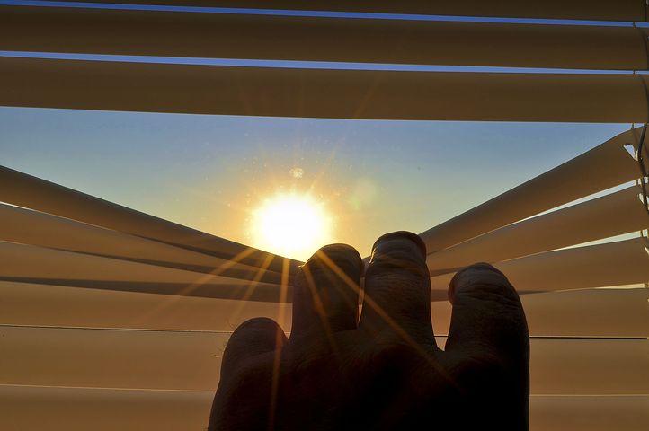 Pensez à fermer les volets pour protéger les surfaces vitrées.